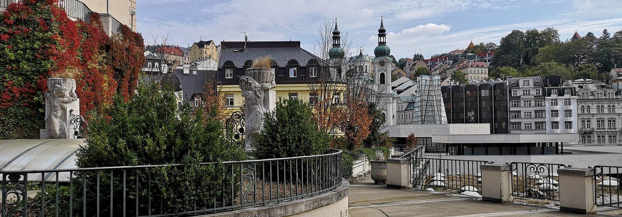 Blick auf die Marien-Magdalenenkirche von oberhalb der Kolonnaden